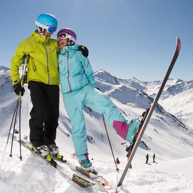 Skifahrer vor Hütte