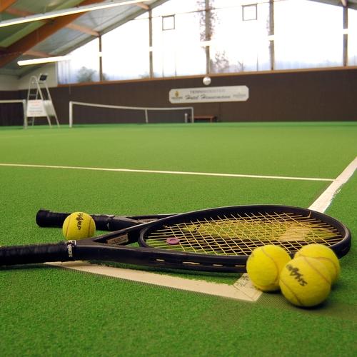 Tenniscenter mit 3 Hallenplätzen und 2 Freiplätzen