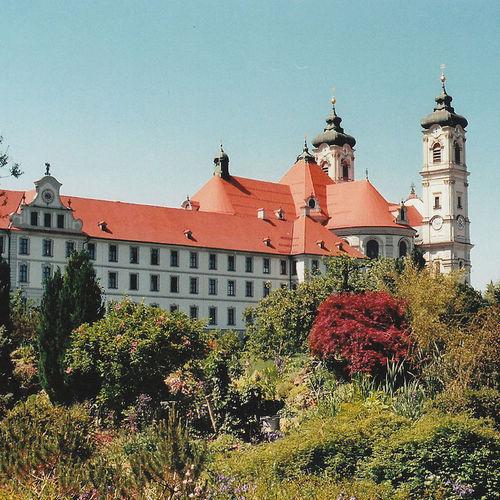 1280px-Blick_auf_Kloster_Ottobeuren_vom_Garten_aus_01.jpg