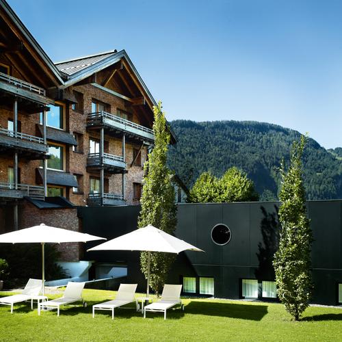 hotel-post-bezau-liegewiese-stammhaus.jpg
