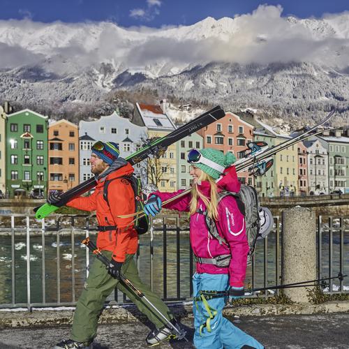 Wintersportler am Marktplatz Innsbruck