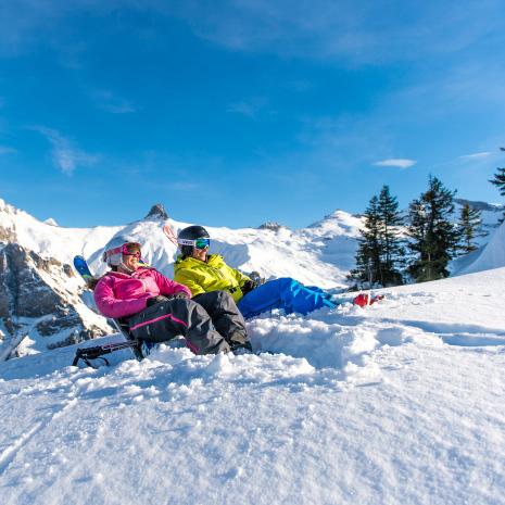Im Schnee sitzen Adelboden