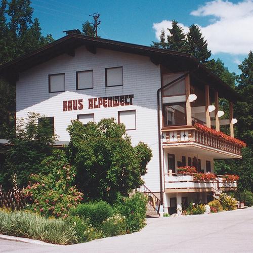Sommerliches Pensionsgebäude