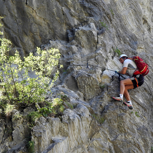 Kitz-Klettersteig,_Klettersportler_im_oberen_Bereich_01.JPG