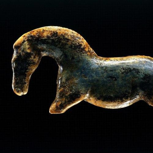 Pferdfigur aus der Vogelherdhöhle_Museopedia CC BY-SA 4.0 via Wikimedia Commons.jpg