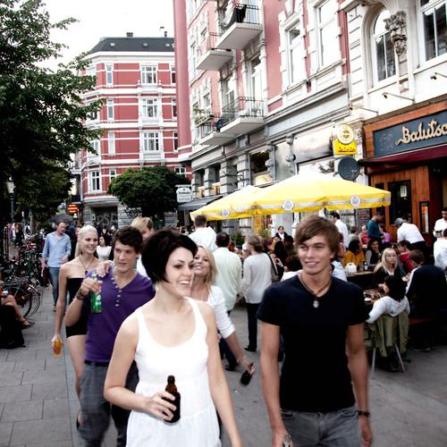 Junge Leute Sternschanze_www.mediaserver.hamburg.de  Sven Schwarze.jpg