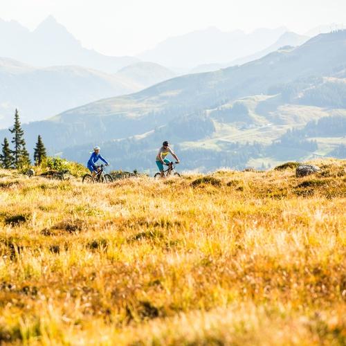 Zwei E-Bike Fahrer in den Kitzbüheler Alpen