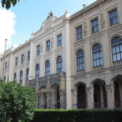 Völkerkundemuseum_Muenchen by AHert CC BY-SA 3.0 via Wikimedia Commons.jpg
