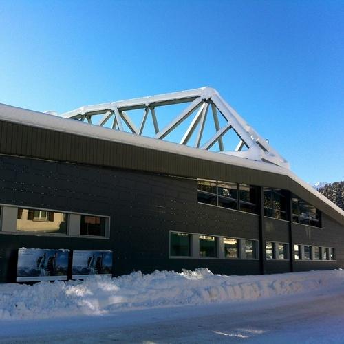 Sport- und Kongresszentrum Arosa_Andres Passwirth CC BY-SA 3.0 via Wikimedia Commons.jpg