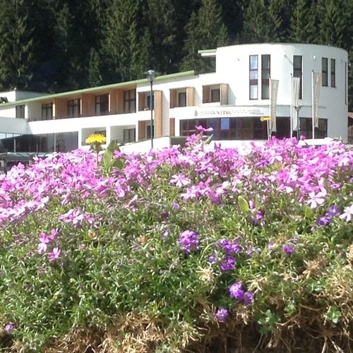 Hotel außen Sommer mit Blumen.JPG