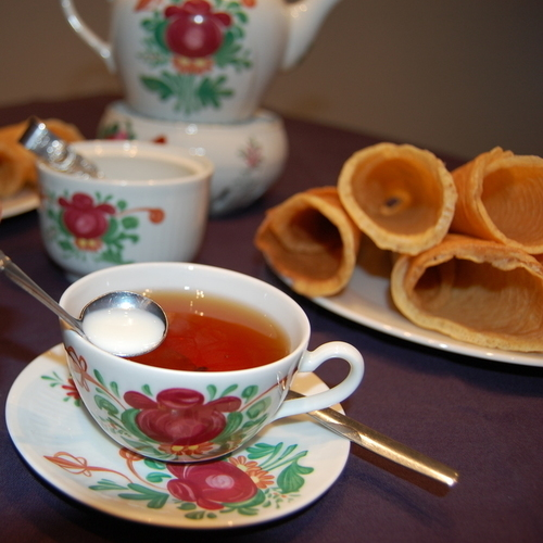 Ostfriesische Teezeremonie mit Neujahrskuchen