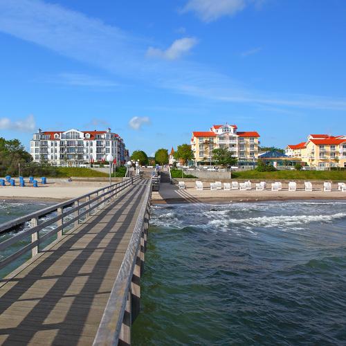 Seebrücke mit Blick den Strand von Kühlungsborn