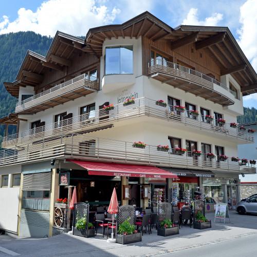 Hotel-Garni-Jenewein-Mayrhofen-Hauptstrasse-452-Petra-Sinnhuber-Haus-aussen-06-2015.jpg