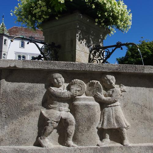 Martinsbrunnen mit Hinderofenhaus und Rathaus im Hintergrund-Dr. Zahn.JPG