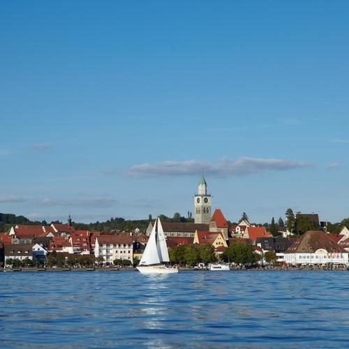 Blick vom Bodensee auf die Uferpromenade von Überlingen