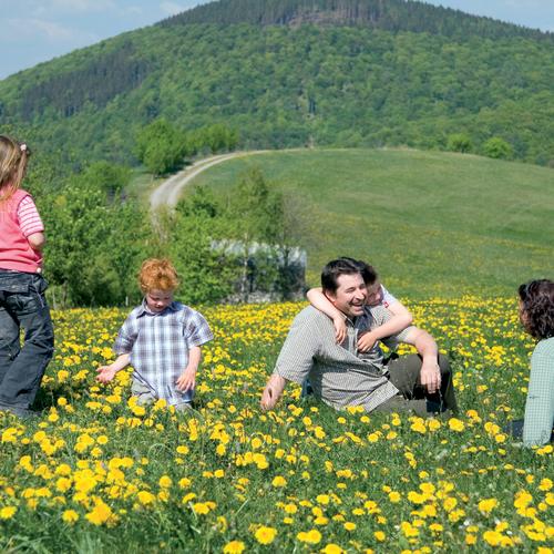 Familie in Loewenzahnwiese