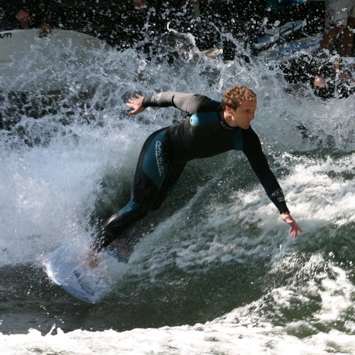 Eisbach_die_Welle_Surfer by Usien CC BY 3.0 via wiki commons.JPG