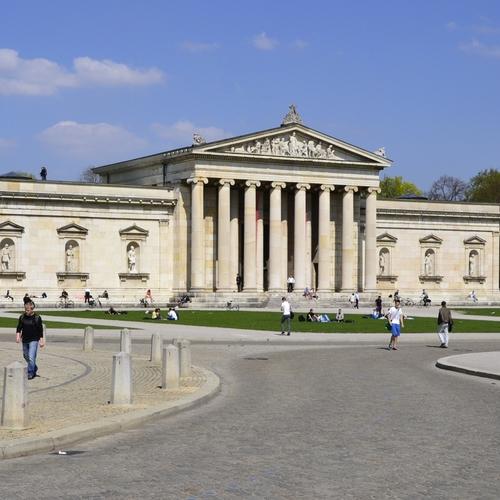 Staatliche_Antikensammlungen_in_Munich_-_exterior_view by High Contrast CC BY 3.0 de via wiki commons.jpg