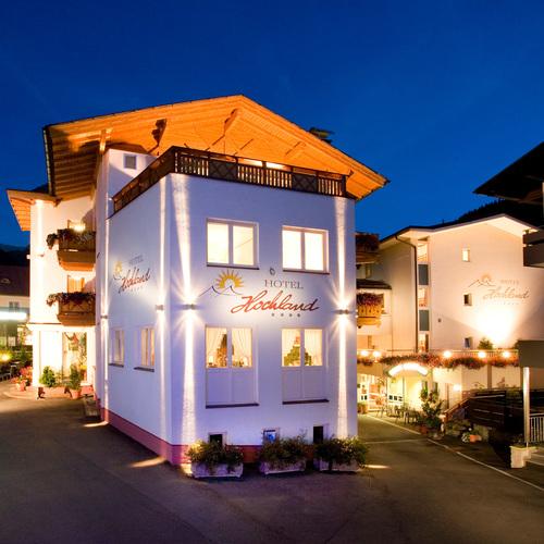 Hotel Hochland bei Nacht.jpg