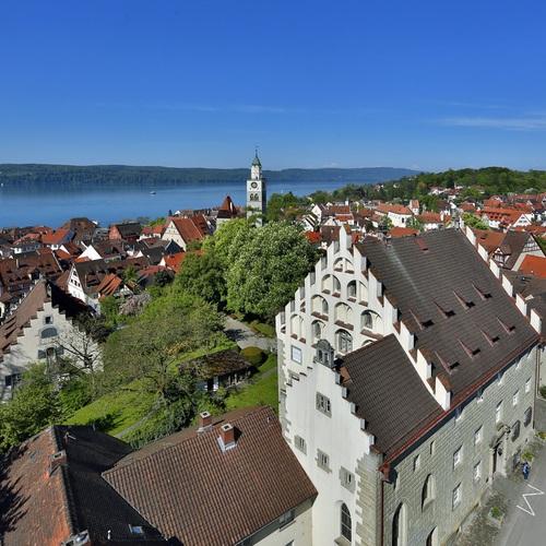 Blick auf das Städitsche Museum und die Altstadt von Überlingen am Bodensee