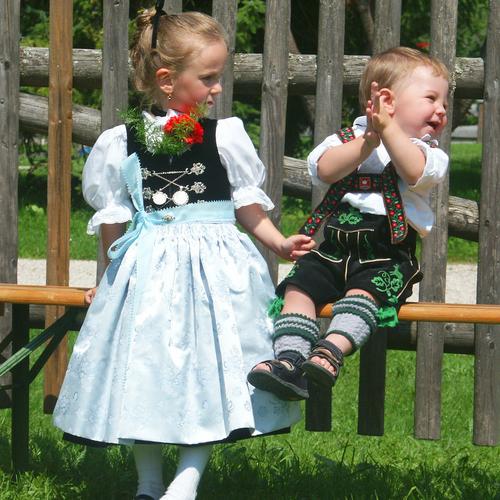 Kinder in Dirndl und Lederhose