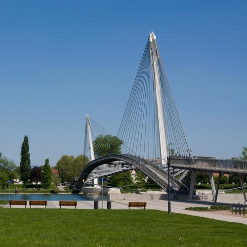 Brücke der zwei Ufer