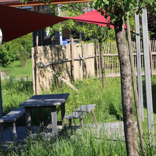 Garten mit Garteninseln - Sitzgelegenheiten und Sonnensegeln