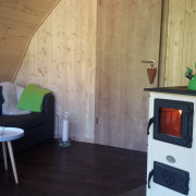 gemütliche Sitzecke im Holz-Igloo